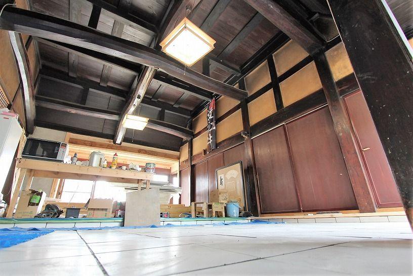 滋賀県長浜市野瀬町再生古民家のタイル張りの土間と天井