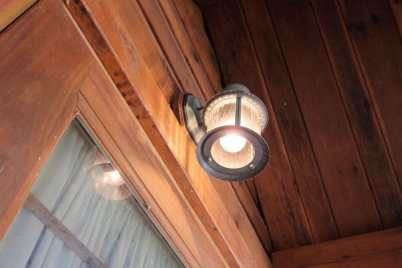 山梨県北杜市白州町中古ログハウスの玄関灯