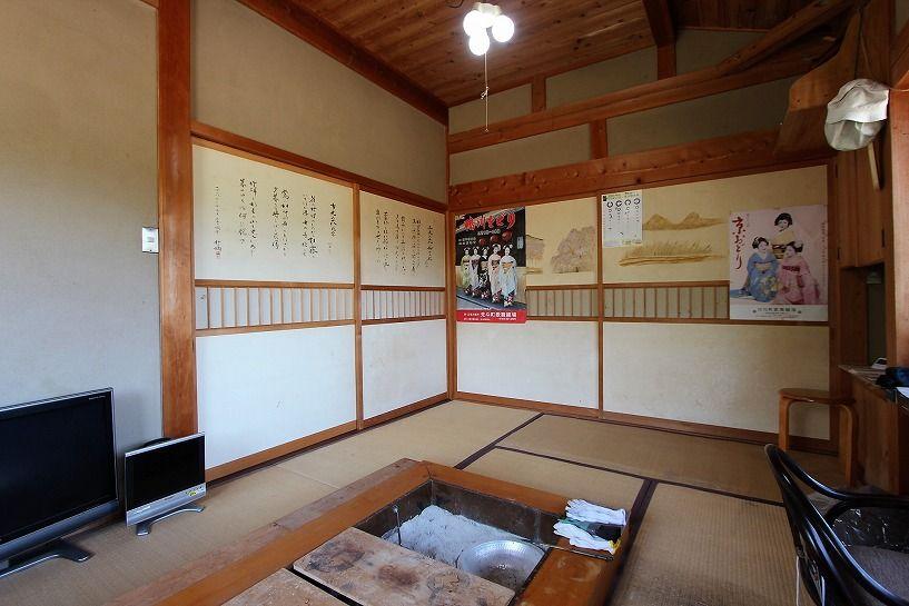 奈良県宇陀郡曾爾村塩井日本家屋の囲炉裏の和室