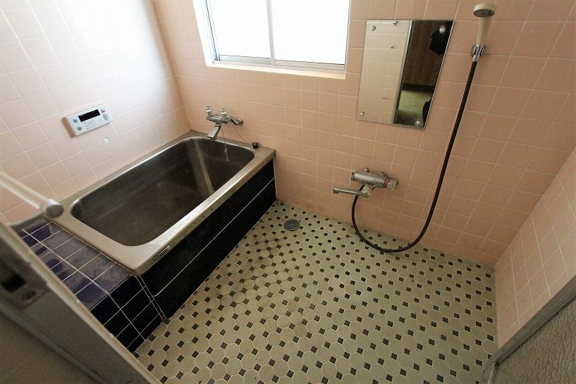 伊賀市摺見古民家の浴室