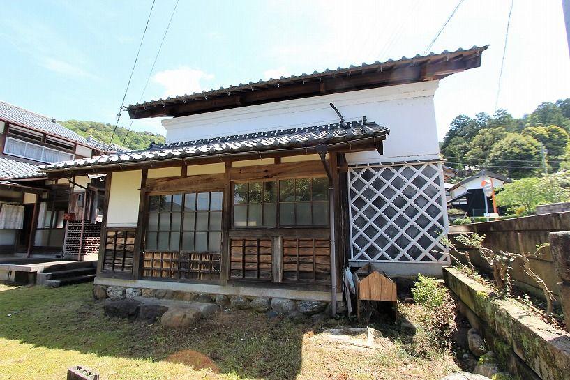 福井県三方上中郡若狭町日本家屋の蔵の外観